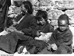 Bundesarchiv Bild 135-S-13-14-26, Tibetexpedition, Lhasa, Tibeterin Mit Kindern