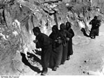 Bundesarchiv Bild 135-S-12-15-27, Tibetexpedition, Pilger, Felsmalerei