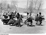 Bundesarchiv Bild 135-S-13-09-39, Tibetexpedition, Volkstanz
