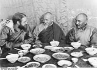 Bundesarchiv Bild 135-KA-10-089, Tibetexpedition, Tashi Lhunpo, Essen Mit Abt