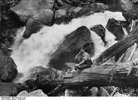 Bundesarchiv Bild 135-S-03-11-20, Tibetexpedition, Wasserfall, Expeditionsteilnehmer